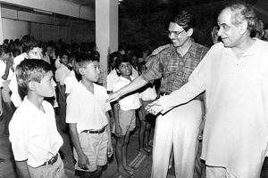 Shantilal Muttha (second from right) with the then chief secretary of Maharashtra Dinesh Afzalpurkar (right), interact with boys who were rescued from Latur after the earthquake and moved to Pune.