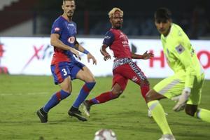 Gourav Mukhi (center) of Jamshedpur FC in action against Bengaluru FC.