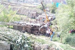 The bus on its way to Kushehwar Asthan, Darbhanga lost its balance and fell into a roadside ditch on Friday