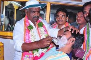 S Madhusudhana Chary, a TRS candidate who is canvassing for himself in Bhupalpalli constituency, gatecrashed into a barber's shop on Monday and took to shaving a customer's beard.