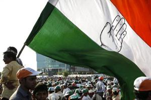 Supporters of Congress holding a huge flag attend an election campaign rally in Mumbai ()