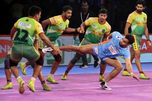 Maninder Singh of Bengal Warriors (Blue jersey) in action against Patna Pirates in PKL 2018.