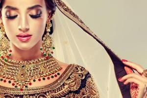 Acne and hair loss are common problems that brides may face before the wedding.