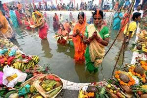 Photos| Chhath Puja 2018: Devotees throng to ghats to pay obeisance to the sun god