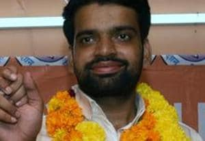 The Akhil Bharatiya Vidyarthi Parishad, the students wing of the RSS, on Thursday asked Delhi University Student Union (DUSU) president Ankiv Baisoya to resign from his post and also relieved him of all organisational responsibilities till the enquiry into allegation of having furnished a fake degree is over.