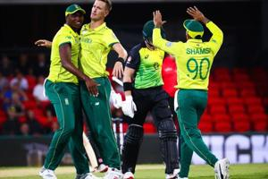 Chris Morris (C) of South Africa is congratulated by teammates after dismissing Australia
