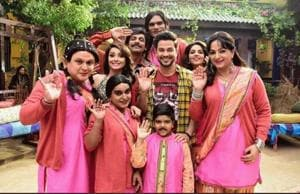 Sunil Grover with the cast of his new show Kanpur Wale Khuranas.