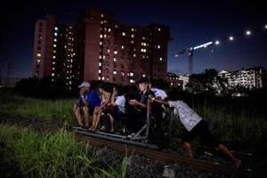 Photos: Manila's 'trolley boys' risk traffic and death on railway tracks