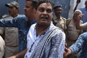 Indian police officials escort Brajesh Thakur (C), accused of the Muzzaffarpur Shelter home scandal, in a court in Muzzaffarpur in Bihar on August 8, 2018.
