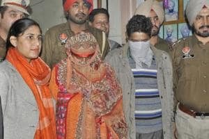 A couple from Jammu and Kashmir (faces covered), accused of smuggling over 10 kg heroin from PoK, was arrested by Special Task Force with heroin in Ludhiana on Tuesday, November 27, 2018.