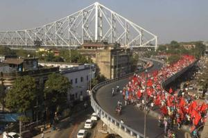 Thousands of farmers and Left supporters crossing the Brabourne Road flyover after entering Kolkata on Thursday.