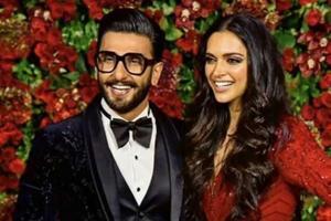 Ranveer Singh and Deepika Padukone posing for the paparazzi at their second Mumbai reception.