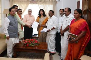 A BJP central leaders team met Kerala governor P Sathasivam over the Sabarimala issue and submitted a memorandum (HT)