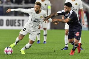 Neymar (left) vies for the ball with Bordeaux