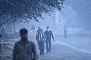 Delhi air quality remains 'very poor' with foggy morning, may get worse
