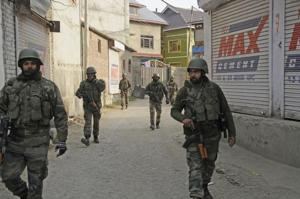 Army soldiers on patrol on the outskirts of Srinagar, Jammu and Kashmir (File Photo)