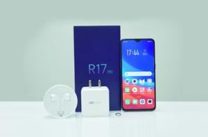 The all-new OPPO R17 Pro is quite a sight for sore eyes, right from the night-coloured, iridescent slide-out box that it comes in.