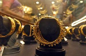 Indians are buying gold for as little as one rupee as retailers offer online sales in bite-sized portions to prop up shrinking demand in the world's second-biggest consumer.