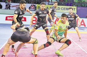Tushar Patil (green) of Patna Pirates raids during the match against Telugu Titans in the Pro Kabaddi League Season 6.