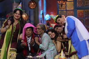 Sunil Grover entertained guests like Dharmendra, Ranveer Singh, Vicky Kaushal and others.