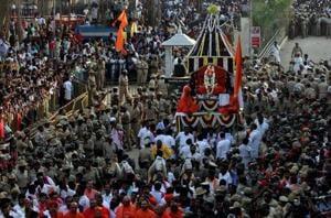 Karnataka minister, cop engage in spat during Siddaganga seer's funeral
