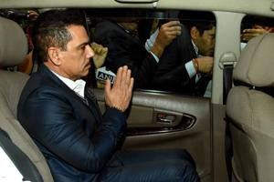 Robert Vadra's questioning ended at around 9 pm after which his wife and Congress general secretary Priyanka Gandhi Vadra picked him up.