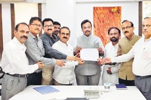 The representatives of junior college teachers had met Maharashtra's education minister Vinod Tawde (in centre) and presented him with their demands on Jan 31, 2019.
