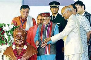 President Ram Nath Kovind unveiling a statue of former PM Atal Bihari Vajpayee at the DAV College, Lucknow, on Monday