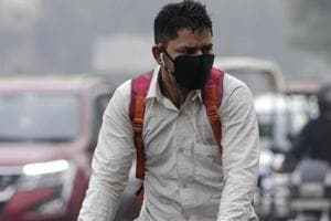 A man wears a pollution mask amid heavy smog, in Noida, India, on Tuesday, November 13,2018.