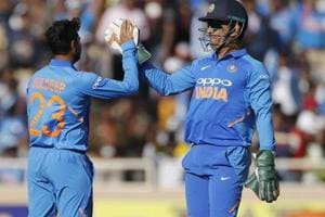 India vs Australia: MS Dhoni's smart glove work sends Maxwell back - Watch