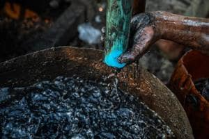 Photos: Myanmar's black gold lures plucky oil drillers