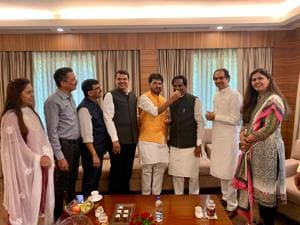 Shiv Sena minister Arjun Khotkar and BJP state president Raosaheb Danve, flanked by chief minister Devendra Fadnavis and Sena chief Uddhav Thackeray, exchange sweets after both decided to end feud . Sena leader Sanjay Raut (next to CM), BJP minister Pankaja Munde (extreme right) were also present.