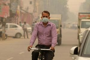 Gurugram, India-November 05, 2018: Commuter seen wearing mask as air pollution reaches hazardous level, at Khandsa road, in Gurugram, India, on Monday, November 05, 2018. (Photo by Parveen Kumar/Hindustan Times)