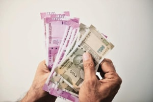 Electrician cheated of Rs 1 lakh by men who waylaid him for 'help'