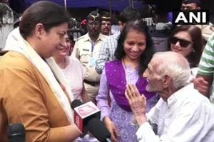 Smriti Irani meets 93-year-old man who never fails to vote, calls him 'an inspiration'