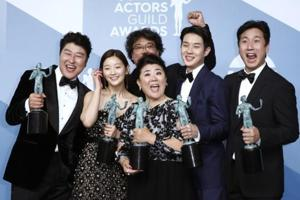 26th Screen Actors Guild Awards: The cast of Parasite poses backstage with their Outstanding Performance by a Cast in a Motion Picture award.