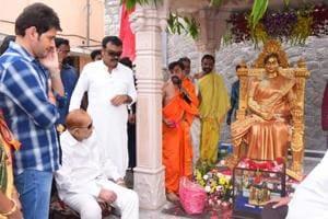 Vijaya Nirmala: Statue of veteran actor unveiled, step son Mahesh Babu attends