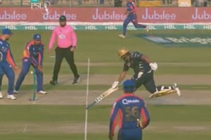Azam Khan, son of Moin Khan, completes run with inverted bat in PSL - Watch