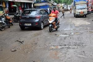 Vehicles stuck, minor mishaps--- commuters fume over pothole misery in PCMC