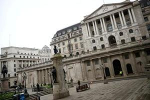 Bank of England splits between insiders and outsiders over subzero rates