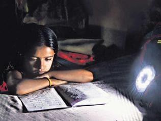 Shining schoolbag idea lights up slum children's lives