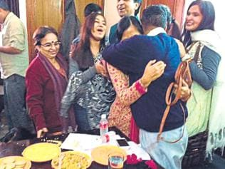 Kejriwal makes strong political statement as he hugs, thanks wife