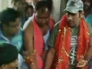 MS Dhoni visits Durga temple ahead of IPL-8