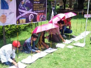 Students in Bhopal brave noontime heat, measure earth's circumference