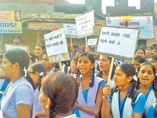 Girl students protest in Rajsamand, highlight poor education scenario