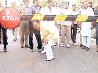 Video: Rajasthan ministers passing through closed railway crossing