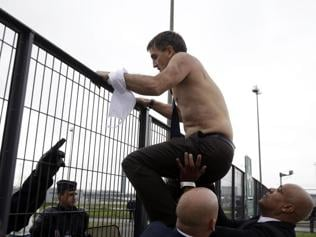 Air France officials attacked by workers protesting job cuts