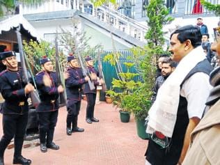 Bengal police offers armed salute to BJP national secretary