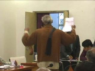 MP:Farmer grooves at collector's office for a hearing on land dispute