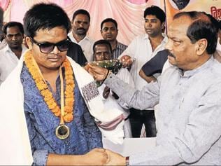 Jharkhand CM felicitates visually challenged cricketer